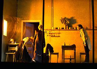 Photo: Wien/ Theater in der Josefstadt: FRÄULEIN JULIE von August Strindberg. Premiere 6.10.2015. Inszenierung: Anna Bergmann. Bea Brocks, Sona MacDonald, Florian Teichtmeister. Copyright: Barbara Zeininger