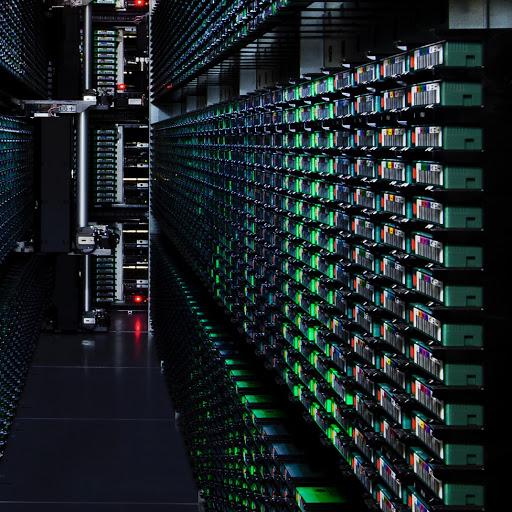 Nahaufnahme eines Serverracks in einem Google-Rechenzentrum