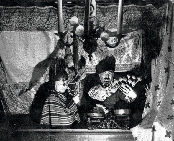 Наприкінці 1960-х режисеру Сергієві Параджанову заборонили знімати кіно. Він влаштовував фотосесії, зображав персонажів ізрізних епох. Плівки вилучило КДБ. Залишилося лише це фото 1972року. Параджанов (праворуч) переодягнувся голландським купцем, аОлександр Муратов– лицарем