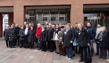 Photo: Gruppenbild der 40 Teilnehmer und den beiden beschilderten Hostessen