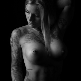 Sara Surprisink by Reto Heiz - Nudes & Boudoir Artistic Nude ( studio, erotic, sexy, nude, black and white, nudephotography, nudeart, tatoo model, lowkey )