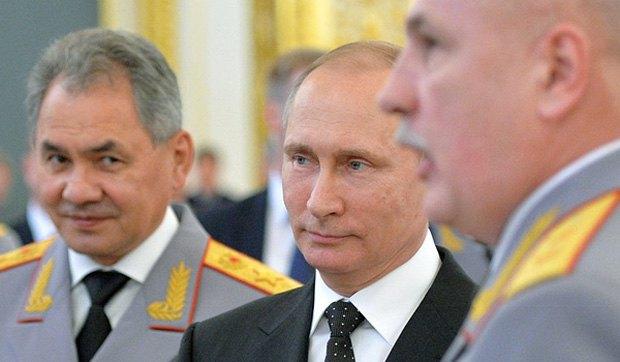 Президент России Владимир Путин и министр обороны Сергей Шойгу на встрече с выпускниками военных вузов в Кремле