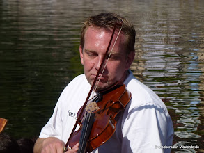 """Photo: Wahre Hingabe ... Theo Grieger: Stocherkahnfahrer und """"Geigist""""!"""