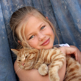 Girl with cat by Lize Hill - Babies & Children Child Portraits ( , KidsOfSummer )