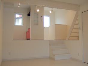 Photo: 左側タイプ。リビングから見た、1階からの階段、キッチン。