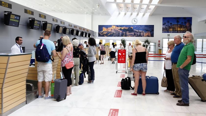 el aeropuerto de almería suma un millón de pasajeros anuales y se caracteriza de su fuerte carácter estacional.