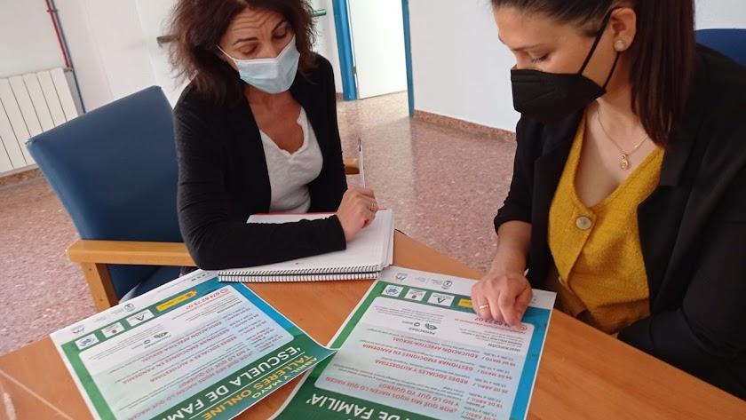 Dolores Fernández y Eva Tortosa trabajando en lso talleres