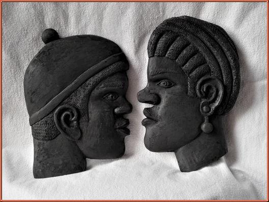 Cabezas de africanos. Talla en madera