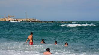 Un grupo de jóvenes disfruta del primer baño de la temporada, ayer en la playa de Garrucha.