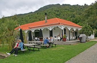 Photo: Cafe bei der Fourneaux Lodge