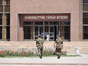 Photo: Vojáci a především policie je v Biškeku skoro na každém rohu.