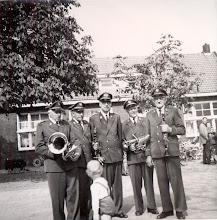 Photo: voor de school in Eexterzandvoort v.l.n.r. Bareld Hollander, Hendrik Moek, Izaak Westrup, Hendrik Schuiling en Albert Lanjouw