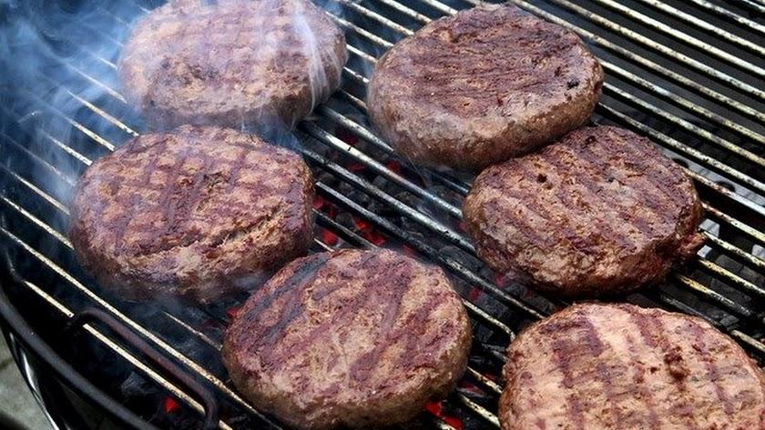 Una hamburguesa es una buena fuente de proteínas.