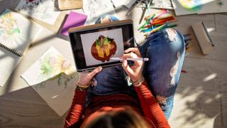 una niña dibujando en un tablet