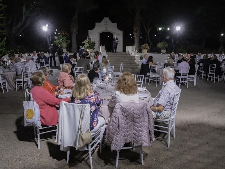 Feligreses de Aguadulce y amigos de don Ramón Garrido fueron a los jardines de la Casa de la Espiritualidad a acompañarle en su despedida. Foto de Andy Arche.