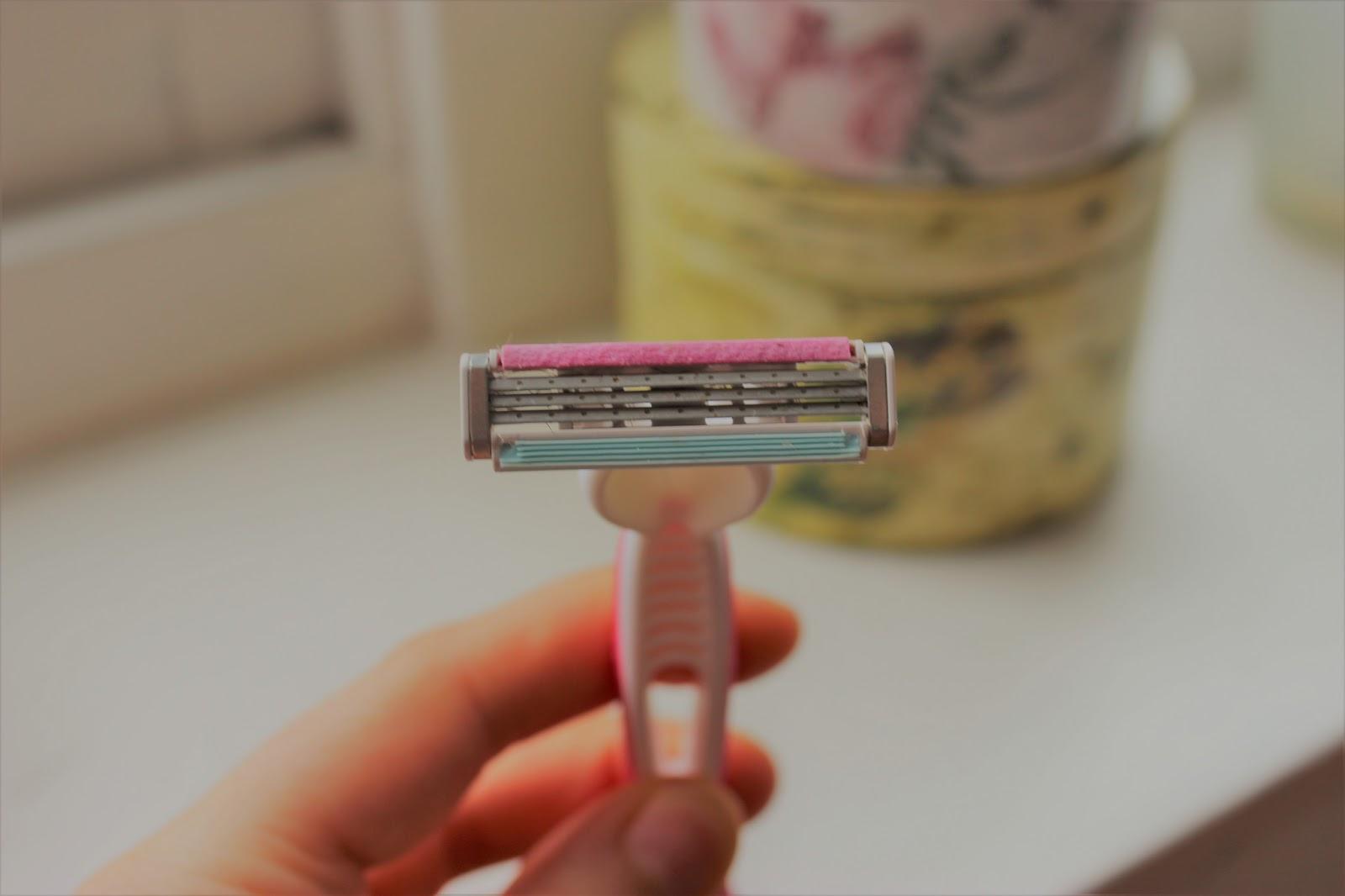 Dicas de viagem para não passar apuros - Use um grampo para proteger barbeadores