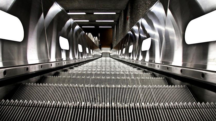Las precauciones al subir escaleras mecánicas con pequeños han de extremarse.