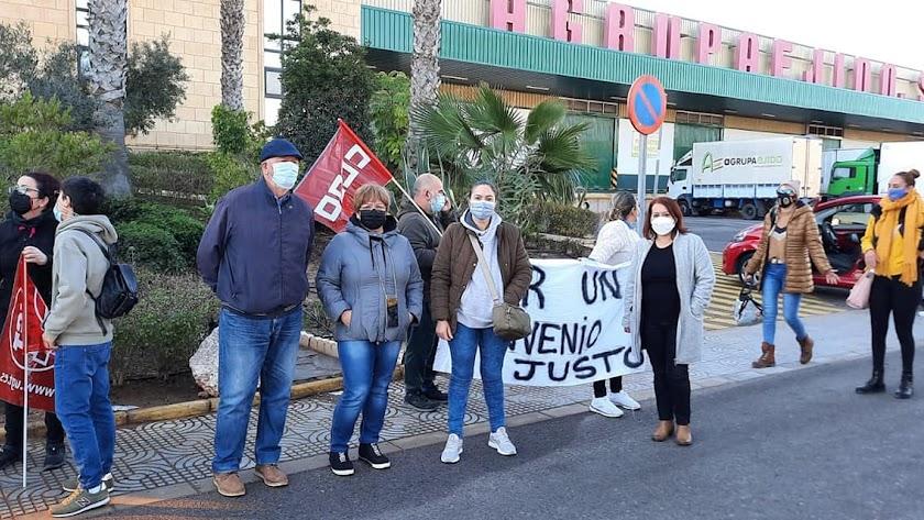 Representantes sindicales ayer junto a una alhóndiga.
