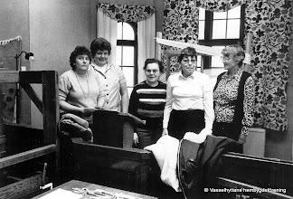 Photo: Missionshuset 1986 cirkel i vävning. Fr vänster Gun-Britt Jansson, Anita Andersson, Irja Einarsson, Barbro Rydberg, Hanna Råssjö