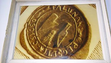 Photo: Csicsó szimbólumát állítólag (szlovák heraldikai kutatások szerint) az 1773-ból származó pecsétlenyomat alapján ismerjük, amelyen CSICSO.FALUNAK.PECSETI körfelirat olvasható. Az egyes szavakat kis rózsaszerű virágok választják el.