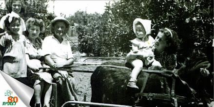 Photo: מארחים ואורחים: משפחת בן משה עם רבקה קרמר וילדיה