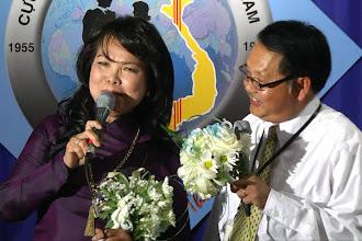 Photo: chị Dương T. Tiến & anh Nguyễn V. Bình được phu quân và phu nhân tặng hoa