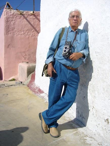 Carlos Pérez Siquier, en La Chanca. (Foto: Guillermo Fuertes)