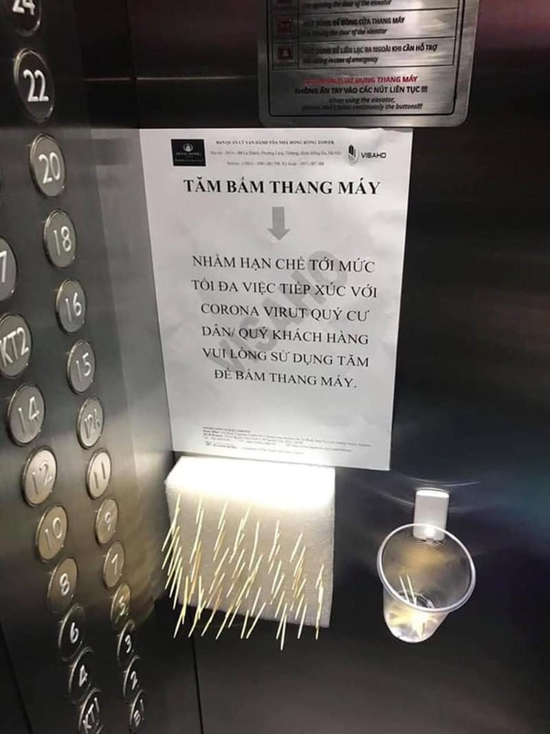 Giữa mùa dịch Covid-19 dân chung cư ấn thang máy ra sao