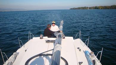 Photo: A bord - Charles de face, Dan de dos - et bibi à la photo