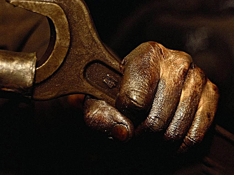 Le mani sporche di grasso di officina di vince2ma