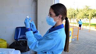 Una enfermera prepara una vacuna en el Palacio de los Juegos.
