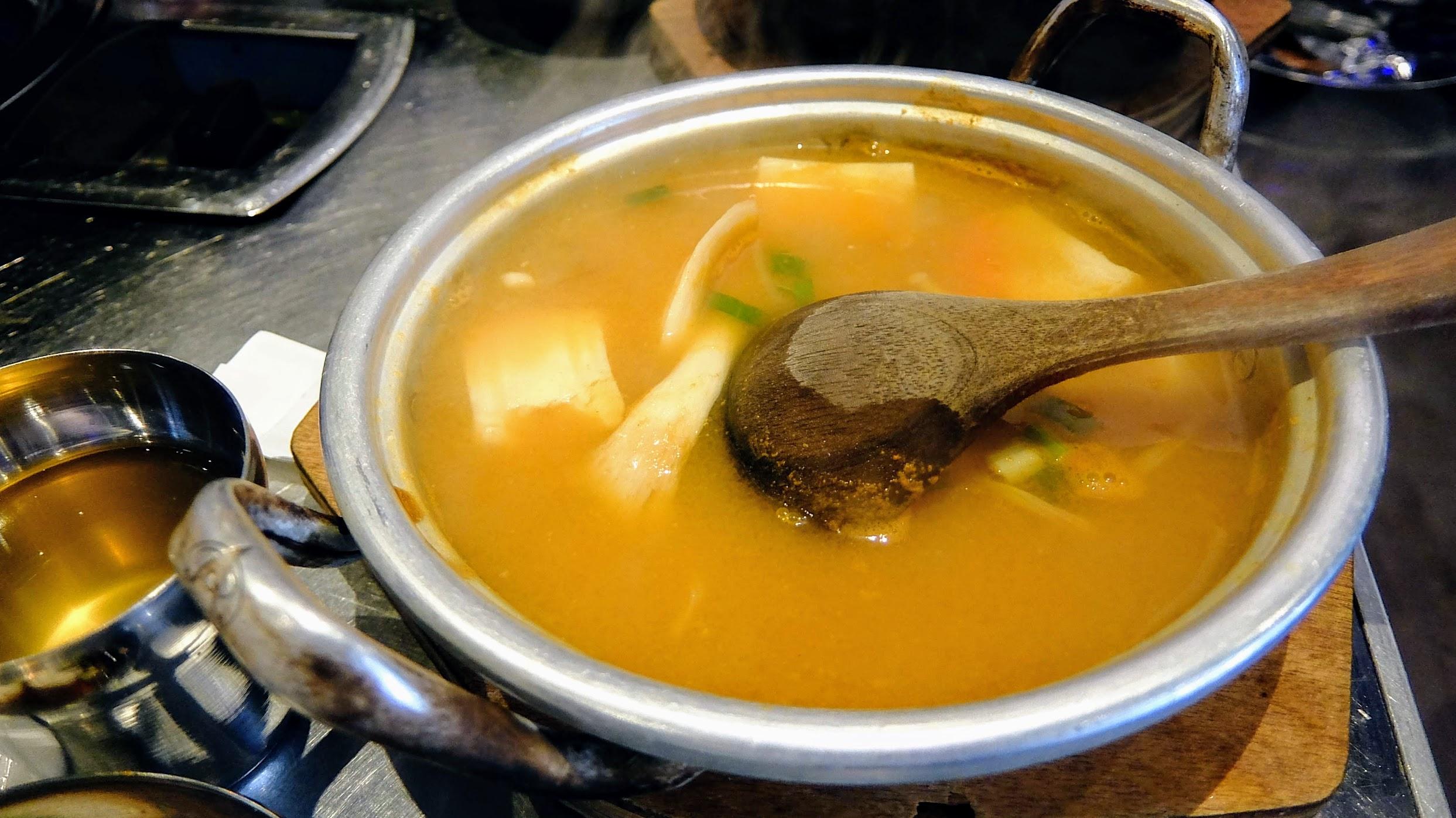大醬湯,裡頭有許多料,但是湯確實會辣
