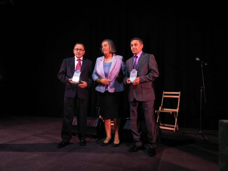Antonio y José Luis Ayala, del Bar Centro, han recogido el Premio Economía de Herminia Uroz, alcaldesa de Nacimiento.