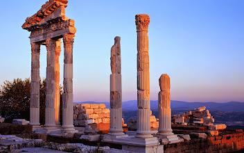 Photo: Günbatımında Trajan Tapınağı, Bergama, İzmir, Türkiye (Temple of Trajan at sunset, Pergamon, Izmir, Turkey)