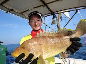 Photo: 「アホの先輩たち、釣りましたよー!」 ・・・アオナキャッチです。