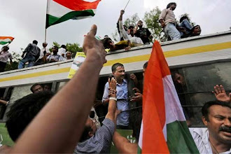 Photo: Split widens as Kejriwal, Kiran Bedi move apart http://t.in.com/1rrX