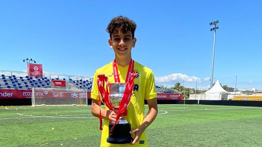 Juanjo Iniesta posa con el trofeo que ha conquistado con el Villarreal.