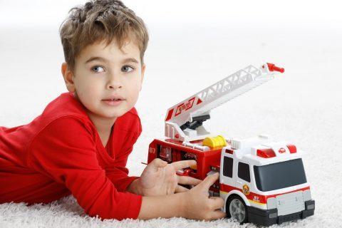 Ребенок играет с пожарной машиной