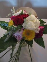Photo: bouquet rond pour l'occasion de la fête des mères  composition: pivoines blanche et rose roses rouges, germinis(marguerite) jaune feuillage beargrass, et aralia (grande feuille pointu).  tarif environ 30 euros