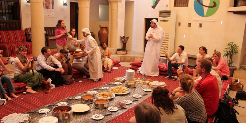Đây là phương pháp tuyệt vời nhất để hiểu văn hóa, phong tục tập quán và tín ngưỡng bản địa, đồng thời bạn cũng sẽ được thưởng thức những món ăn đậm chất Ả Rập. Từ đó, chắc chắn bạn sẽ có một cái nhìn hoàn toàn khác và mới mẻ về Hồi giáo và văn hóa Dubai. (Ảnh: Internet)