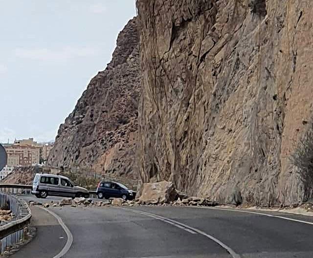Nuevo corte por desprendimiento de rocas en la carretera de El Cañarete.