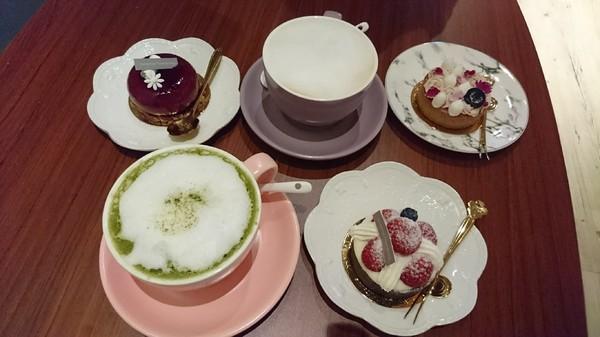 高雄~CandyFloss Flower&Caf'e 棉花糖花藝·甜點·下午茶~超好拍旋轉木馬、花藝裝飾~夢幻系餐廳~適合情侶約會的好地方~