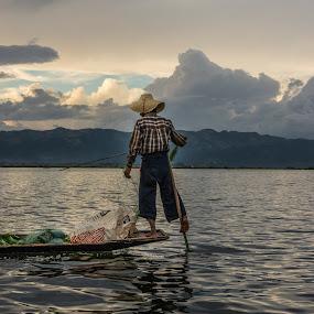 Leg rower on the Inle-lake, Myanmar by Edzo Boven - People Professional People ( smc pentax da 18-135 mm, vakanties, 2014, pentax, pentax k-3 )