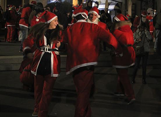La festa, dei Babbo Natale, in piazza.... di Giuseppe Loviglio