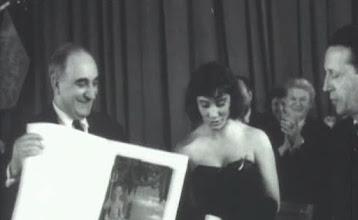 """Photo: Kalatozov e Samoylova recebendo a """"Palma de Ouro"""" em Cannes, onde o filme""""Quando voam as cegonhas"""" se sagrou vencedor em 1958."""