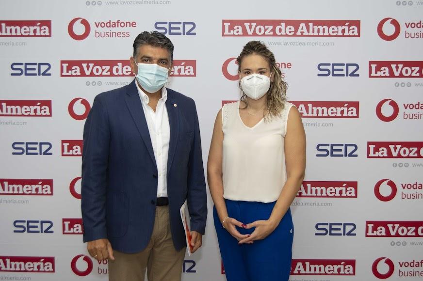 Miguel Cazorla, portavoz de Ciudadanos en el Ayuntamiento de Almería; y Rosa Maldonado, coordinadora del IAJ en Almería.