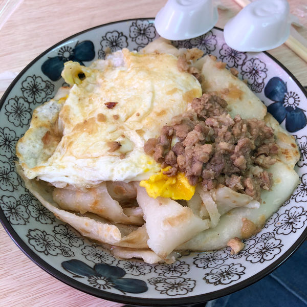 逢甲炒餅條-傳統厚蛋餅+獨門蔥辣醬/台式特色早餐店/台中必吃/蔥肉飯