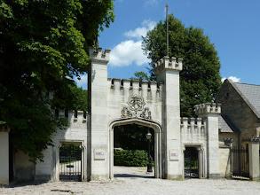"""Photo: Einfahrt zum Schloss Hernstein """"Die Hohe Zeit is' laung furüwa', sog', wer ziagt nu' den Huat fur Di'a?"""" (@Rainhard Fendrich) Höchstens Hochzeiter oder Seminaristeln..."""