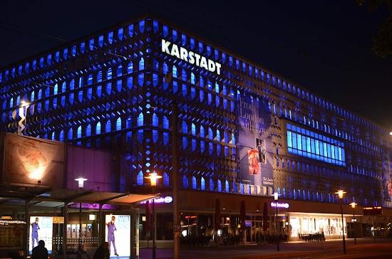 Das blau beleuchtete Karstadt Magdeburg bei Nacht.