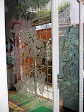 Photo: Detalhe da porta envidraçada e com acabamentos fosqueados. http://celiamartins.blogspot.com/